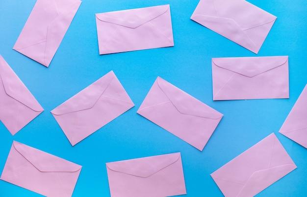 Concetti di email marketing con busta colorata. informazioni e dati aziendali