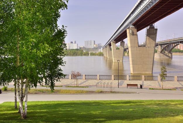 Argine del fiume ob a novosibirsk il ponte della metropolitana più grande del mondo su supporti a forma di v