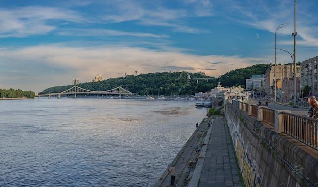 Argine che si affaccia sul ponte parkovy e sul fiume dnieper kyiv v ukraine