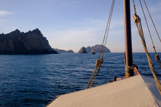 Imbarcarsi in una tradizionale crociera al tramonto in barca al largo della costa