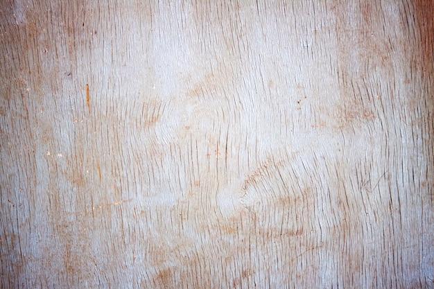 Sfondo di tavola di legno goffrato, con crepe, vernice incrinata. vecchio foglio di compensato di legno.