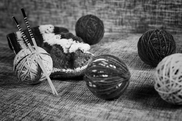 Palline di lana da ricamo e ferri da maglia