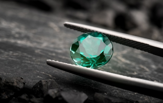 Il taglio di gioielli con gemme di smeraldo.
