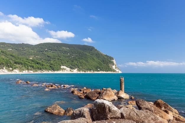 Mare color smeraldo al largo della spiaggia di urbani, riviera del conero. sirolo, italia.