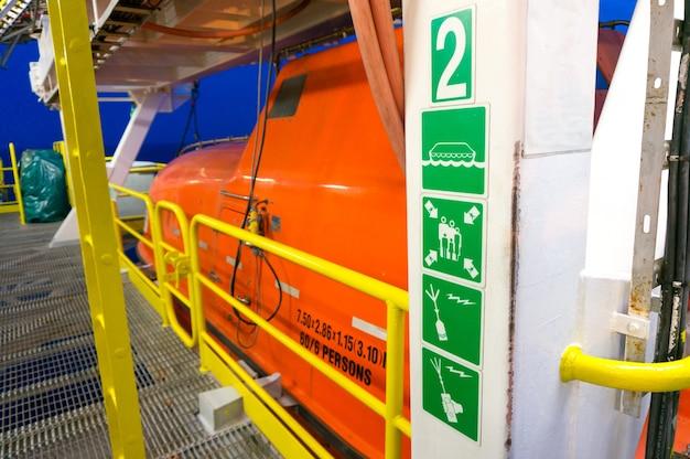 Barca di salvataggio dell'evacuamento di emergenza sulla piattaforma di produzione in mare aperto.