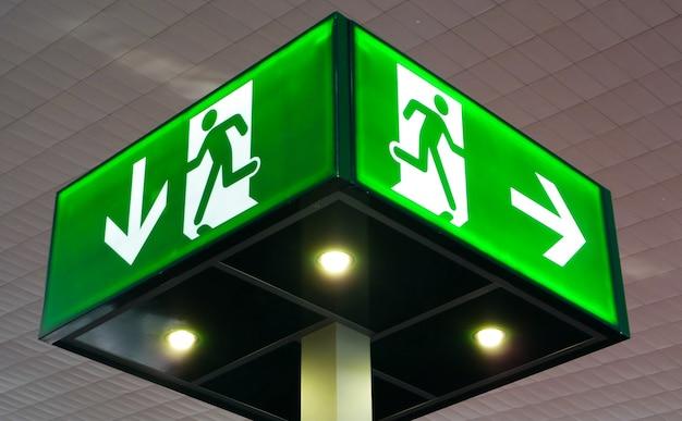 Segnale di uscita di emergenza, luce cubica sul soffitto, concetto