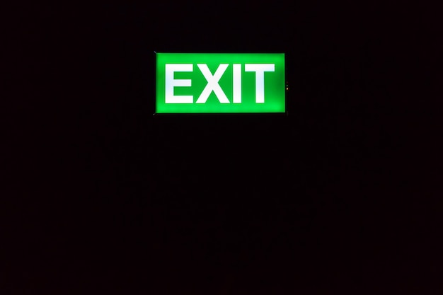 Segno dell'uscita di sicurezza che emette luce nell'oscurità