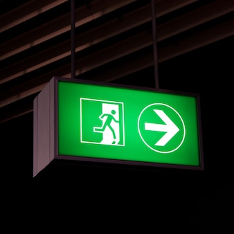 Segnale di uscita di emergenza in uffici moderni all'interno di un impianto industriale