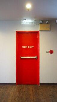Porta di uscita antincendio di emergenza e colore rosso e parete bianca nell'edificio.