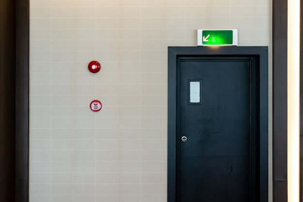 La porta di uscita antincendio di emergenza mostra la via di fuga.
