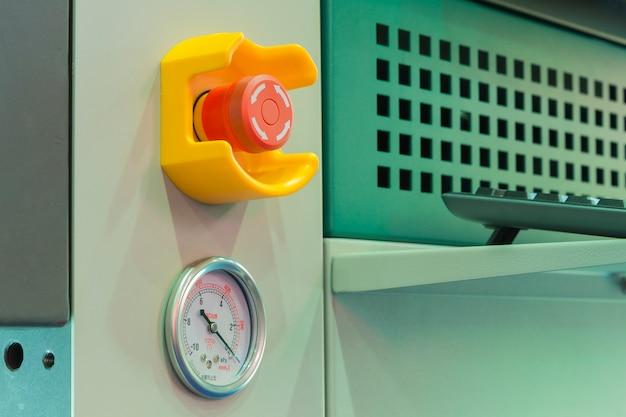 Pulsante di arresto di emergenza e misuratore di vuoto