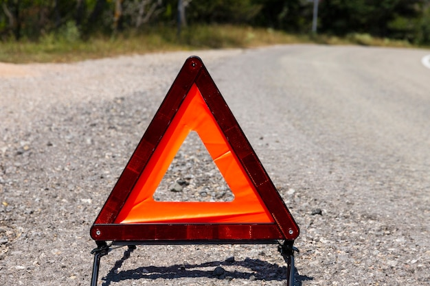 Un segnale di arresto di emergenza per un veicolo è installato sulla strada. copia spazio.