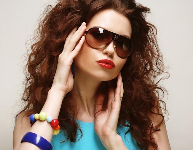 Emotion curly donna che indossa occhiali da sole