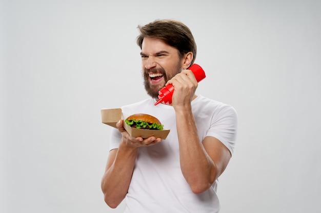 Uomo barbuto emotivo salsa hamburger dieta cibo veloce