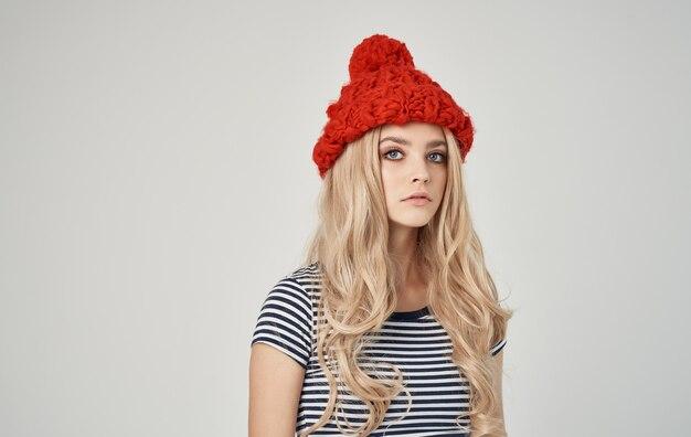 Donna bionda emotiva in maglietta a righe con cappuccio in testa sulla vista ritagliata telefono