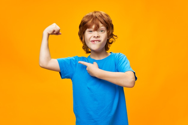 Ragazzo emotivo capelli rossi forti muscoli del braccio divertimento