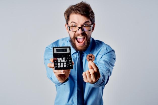 Calcolatore di criptovaluta finanza uomo d'affari emotivo