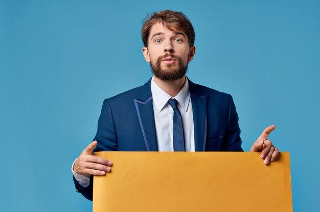 Emotional business man giallo banner pubblicità presentazione blu esecutivo.