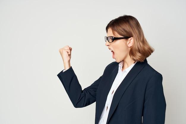 Gesto emozionale della donna di affari con lo sfondo chiaro ufficiale delle mani