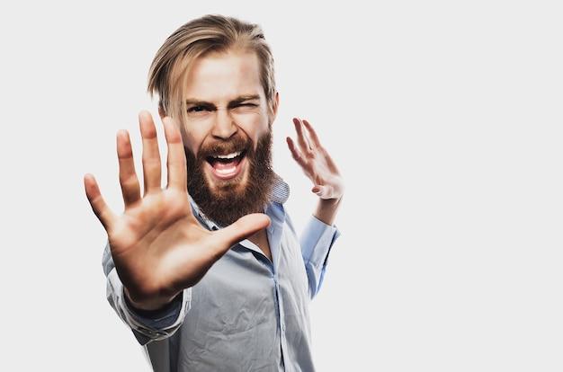 L'uomo d'affari emotivo separa le mani, esprimendo sorpresa e delusione. concetto di affari isolato su sfondo bianco.
