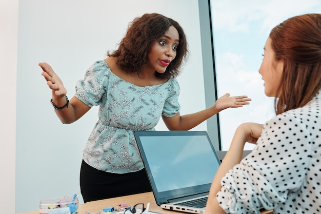 Imprenditrice emotiva parlando al collega di sesso femminile