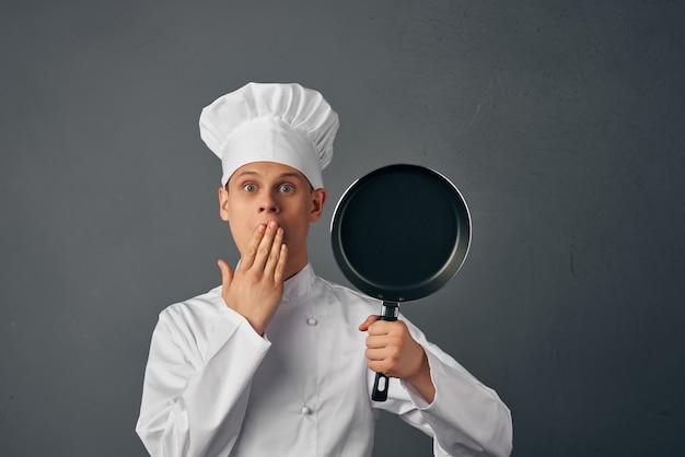 Chef emotivo con una padella in mano industria del lavoro di servizio