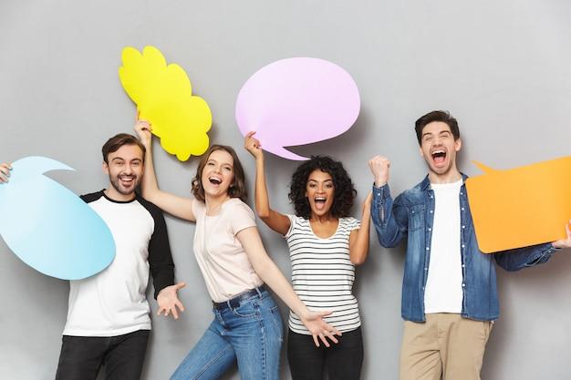 Gruppo emotivo di amici che tengono discorso e bolle premurose.