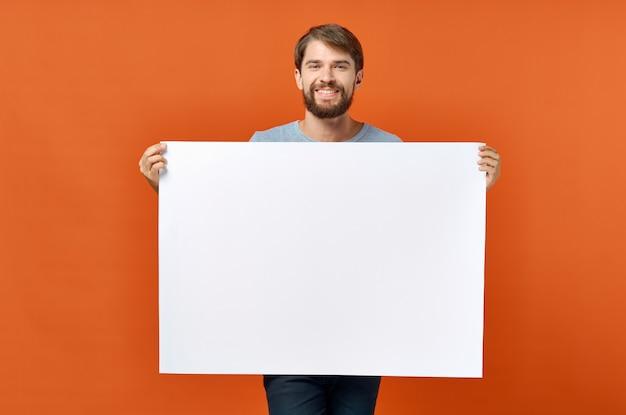 Uomo emotivo pubblicità marketing copia spazio studio lifestyle