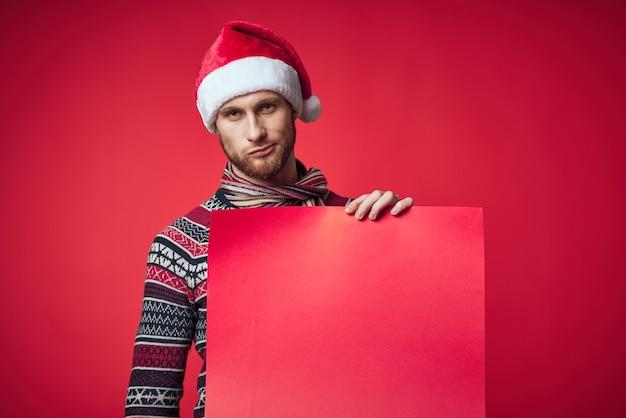 L'uomo emotivo in un poster di mockup rosso di natale ha isolato lo sfondo