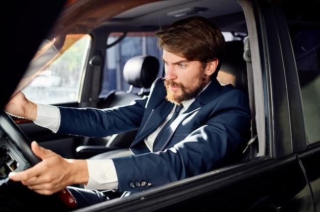 Uomo emotivo che guida un servizio di stile di vita di lusso in viaggio in auto