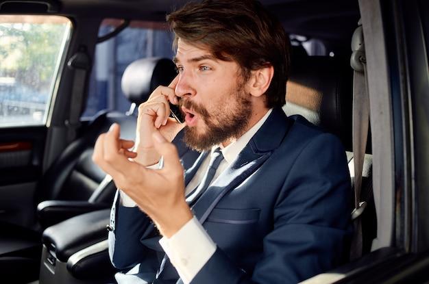 Uomo emotivo alla guida di un viaggio in auto successo stile di vita di lusso. foto di alta qualità