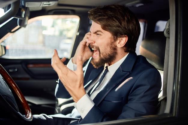 Uomo emotivo guidare un servizio di successo stile di vita di lusso viaggio in auto ricco. foto di alta qualità