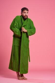 Un uomo emotivo in una veste verde in piena crescita su una rosa