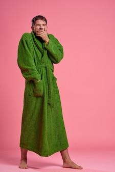 Un uomo emotivo in una veste verde in piena crescita