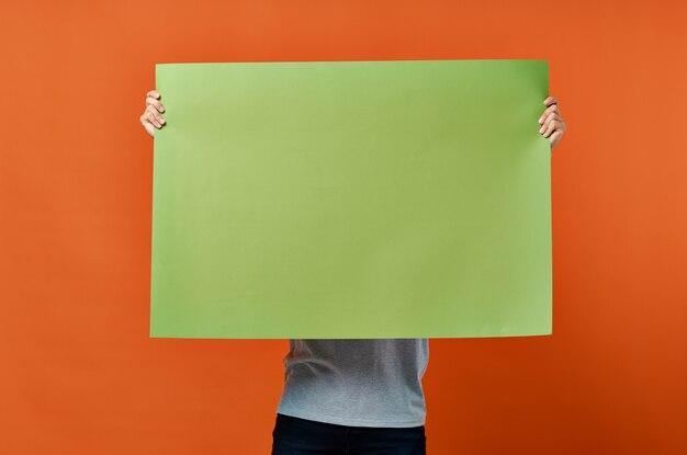 Uomo emotivo che tiene uno stile di vita di studio di design banner verde