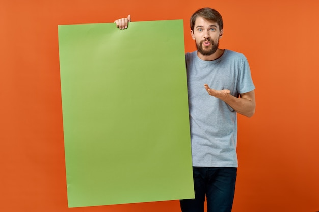 Uomo emotivo che tiene in mano la comunicazione pubblicitaria del poster mocap