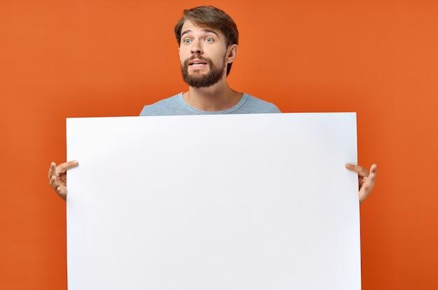 Uomo emotivo che tiene uno sfondo arancione di sconto poster mockup