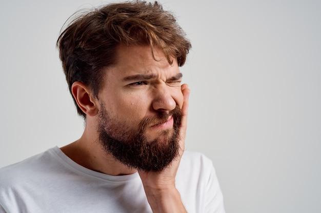 Uomo emotivo medicina mal di denti e problemi di salute sfondo isolato