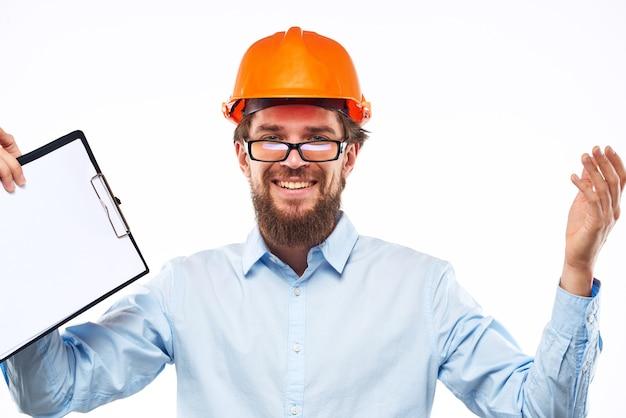 Uomo emotivo nella costruzione di documenti di vernice arancione
