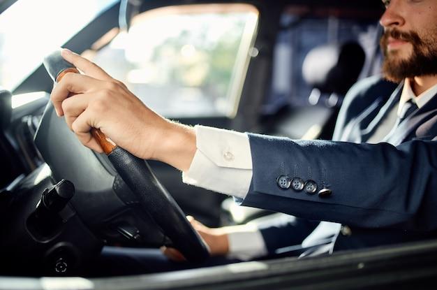 Uomo emotivo in un vestito in macchina un viaggio per lavorare fiducia in se stessi
