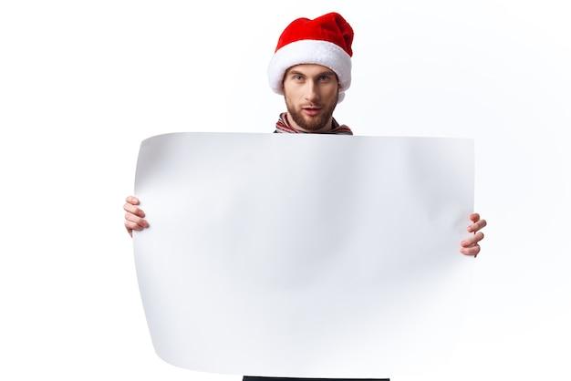 Uomo emotivo carta bianca cartellone pubblicitario sfondo chiaro. foto di alta qualità