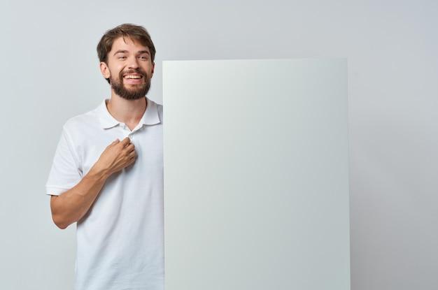 Libro bianco dell'uomo emotivo nelle mani dello studio copyspace di marketing