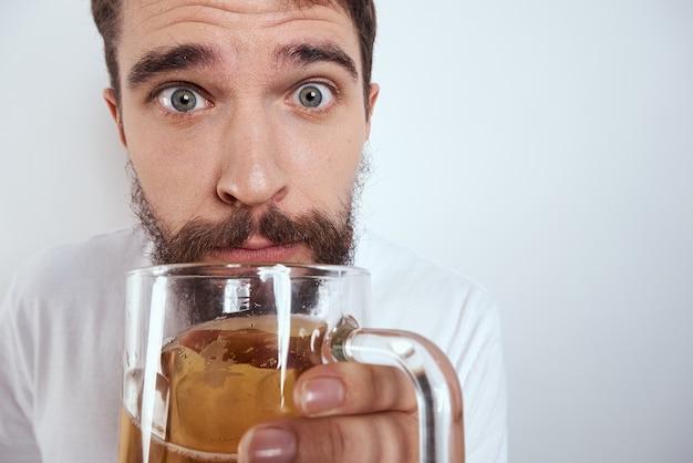 Uomo emotivo con un grande boccale di birra bevanda alcolica gesticolando con le mani ubriache
