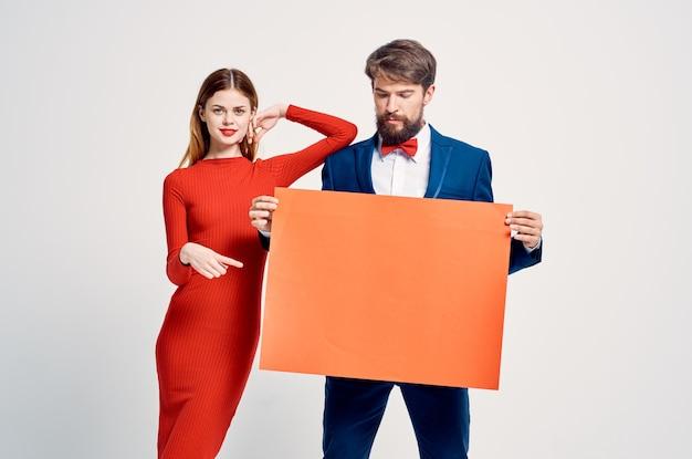Spazio della copia pubblicitaria del manifesto del mocap rosso dell'uomo e della donna emotivi