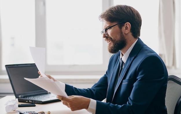 Uomo emotivo al lavoro stress irritabilità urlando laptop vestito. foto di alta qualità