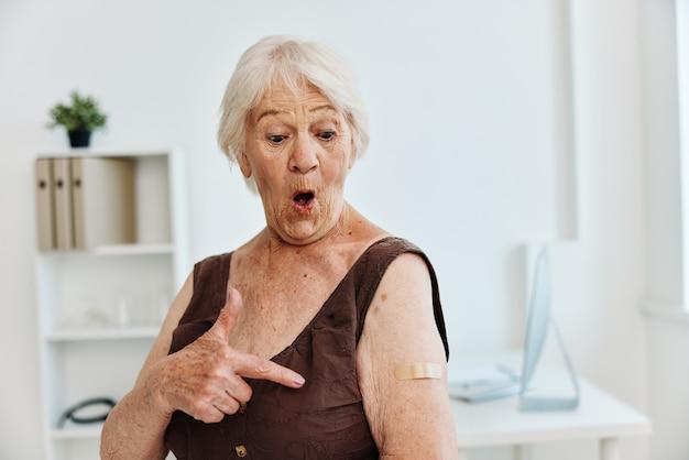 Emotiva anziana benda sulla spalla sicurezza immunizzazione passaporto covid