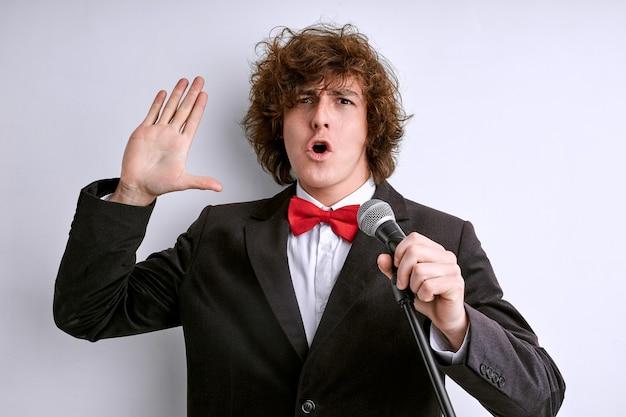 Cantante emotivo all'esibizione che canta al microfono, artista espressivo si sforza molto di accontentare lo spettatore, gesti