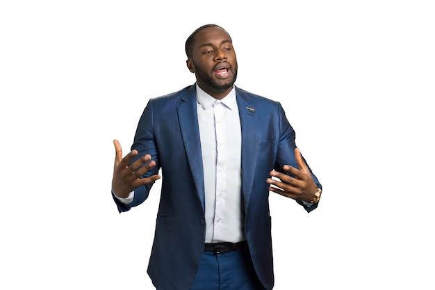 Discorso emotivo del formatore aziendale. l'uomo in abiti da cerimonia con gesti espressivi presenta la sua azienda