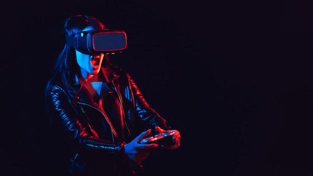 Donna emotiva in occhiali per realtà virtuale 3d con un joystick