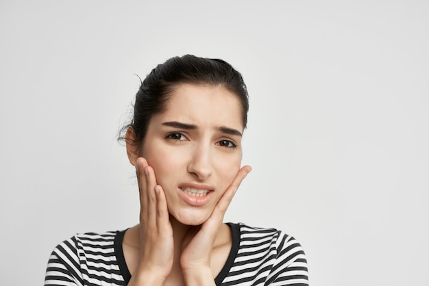 Emotivo donna odontoiatria problemi di salute disagio sfondo chiaro